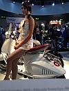 foto modella su scooter